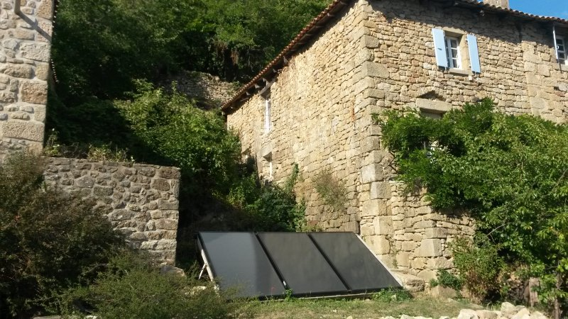 3 solar panels produce almost all the hot water (+ 4 photovoltaic solar panels)