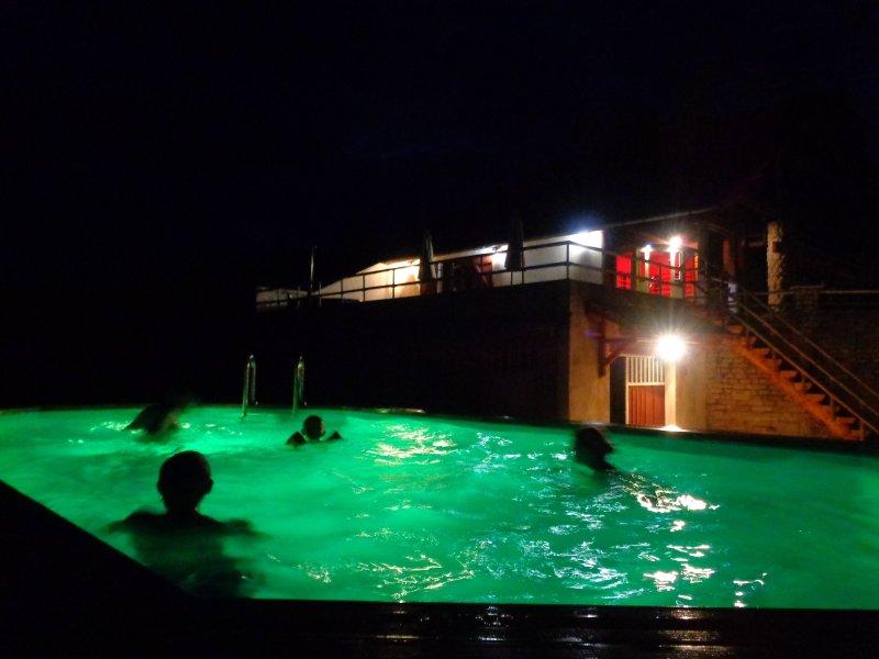 La piscine chauffée et éclairée , 365 jours par an en libre service de jour comme de nuit !