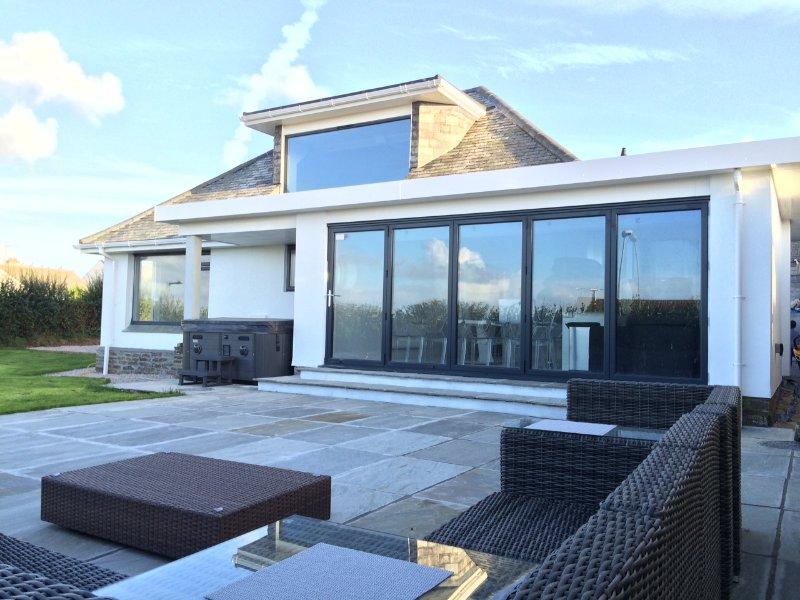 'D' STUNNING COASTAL HOLIDAY HOME: HOT TUB, SEA VIEWS, holiday rental in Newquay