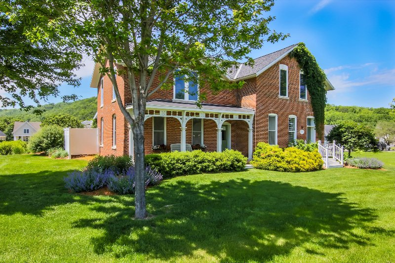 Charming Brick Farmhouse with a touch of Elegance, holiday rental in Galesville