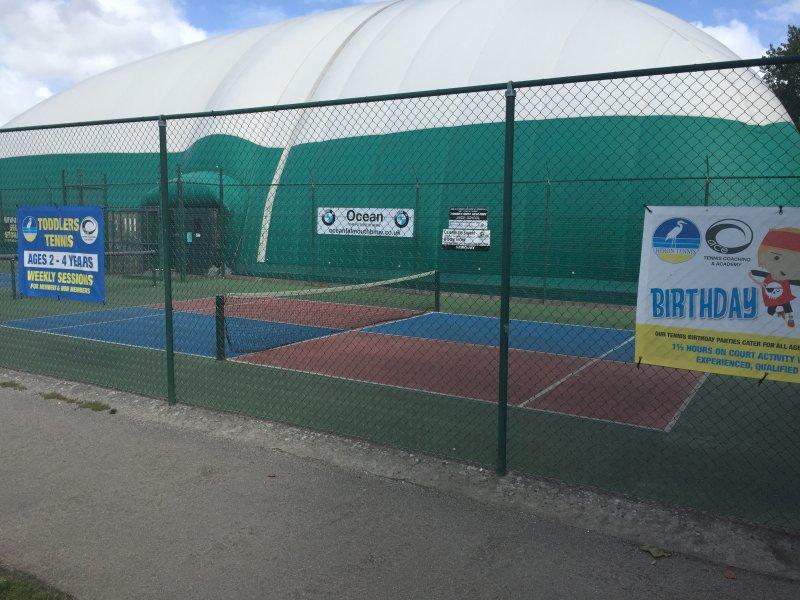 Heron Tennis club .... à Trenance Gardens Ils ont courts intérieur + mini-terrains pour les tout-petits
