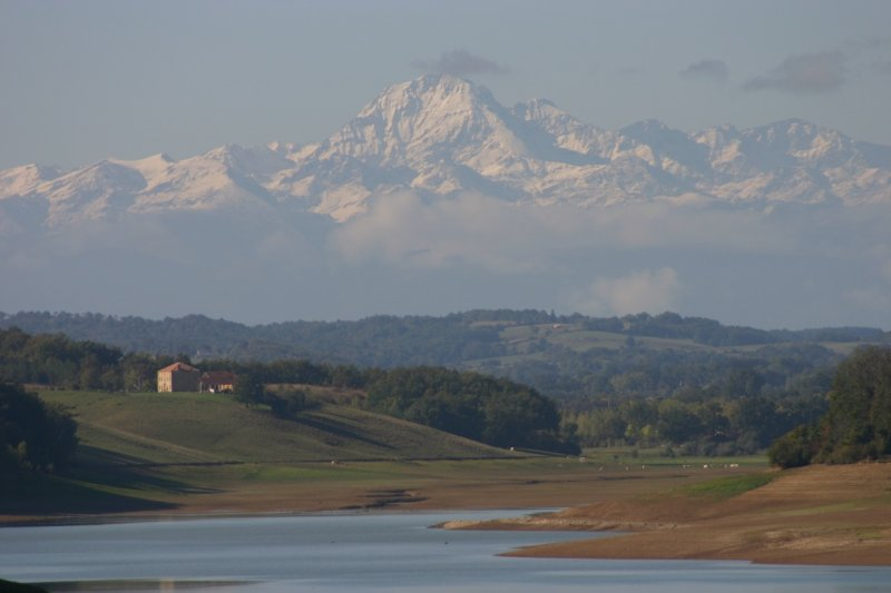 The lake and the nearby Pyrenees