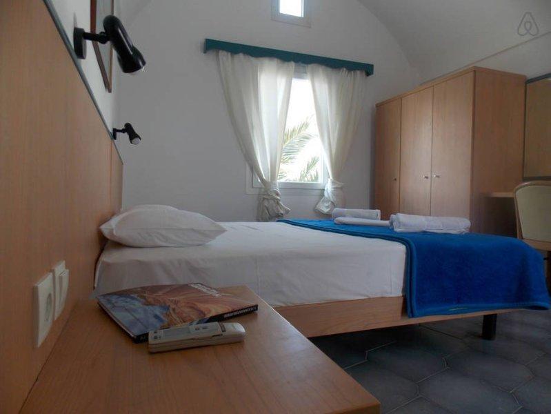 Studio for 4 with Sea View in Santorini Perissa, holiday rental in Perissa