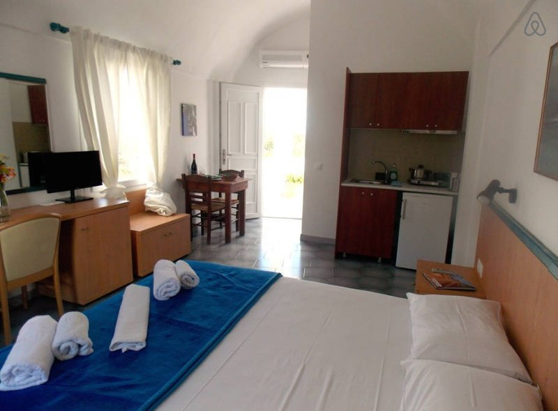 Studio for 2 with Sea View in Santorini Perissa, holiday rental in Perissa