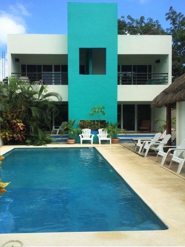 Beau jardin et une grande piscine accueillante