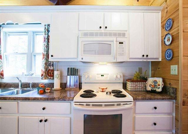 Cozinha com todas as comodidades, incluindo um pote de café.