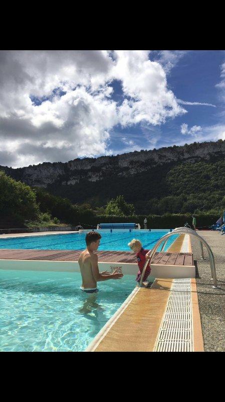 Verwarmd buitenzwembad met drie zwembaden. Een prachtig uitzicht.