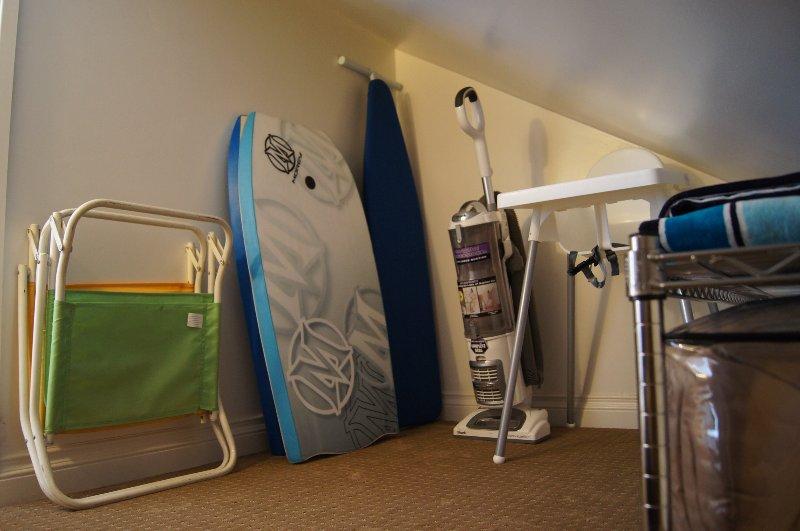 Tablas de surf, toallas de playa y sillas, Trona, Plancha y tabla proporcionada.