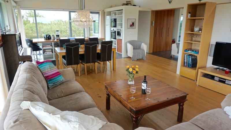 Abra la sala de estar / cocina con ventanas grandes