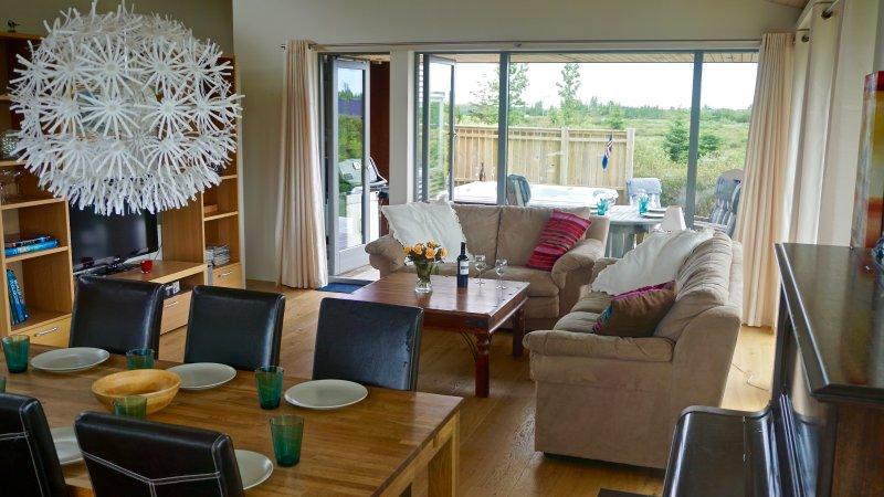 Sala de estar con una tina caliente en las afueras