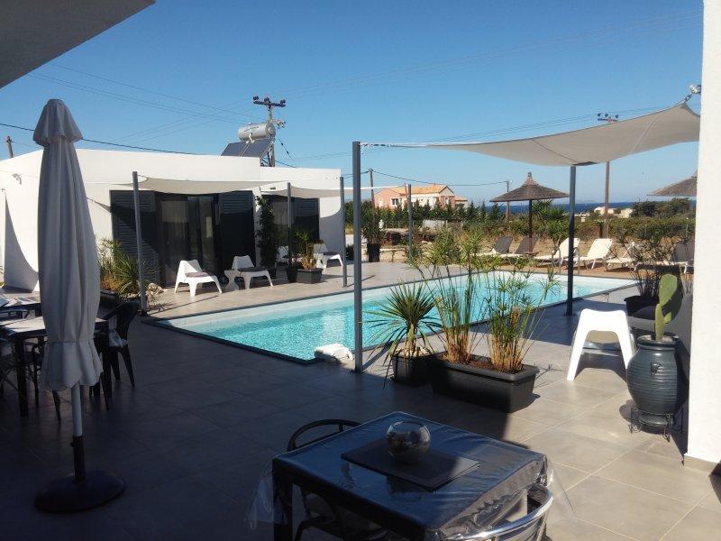 Très belle chambre indépendante,au bord de la piscine,avec vue sur mer., Ferienwohnung in Kós