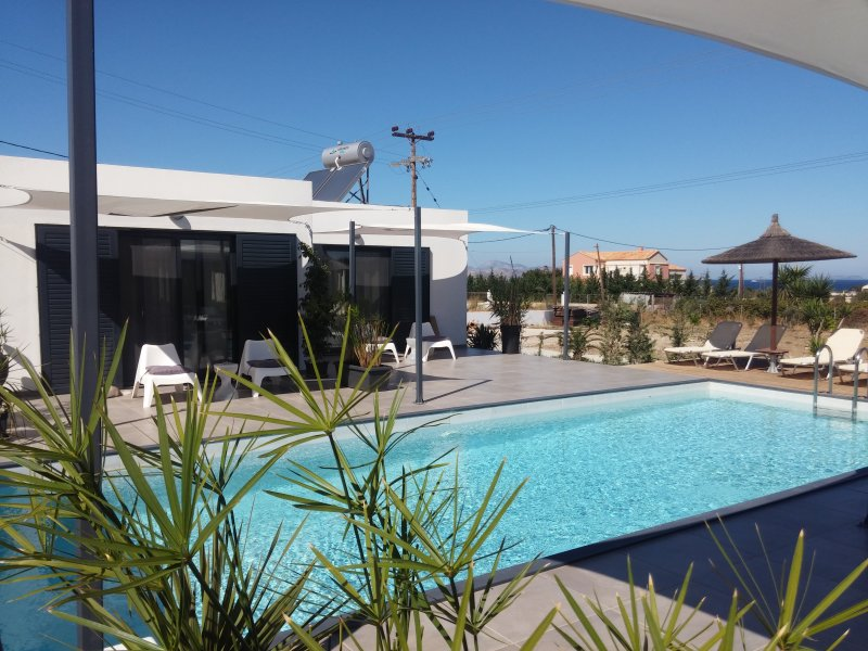 Rooms, independent, with terrace, sea view and pool.