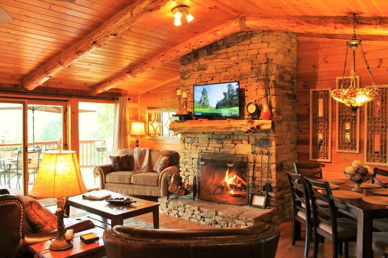 Habitación familiar con chimenea de leña. Pared de ventanas para ver los del Humo. Suministramos madera.