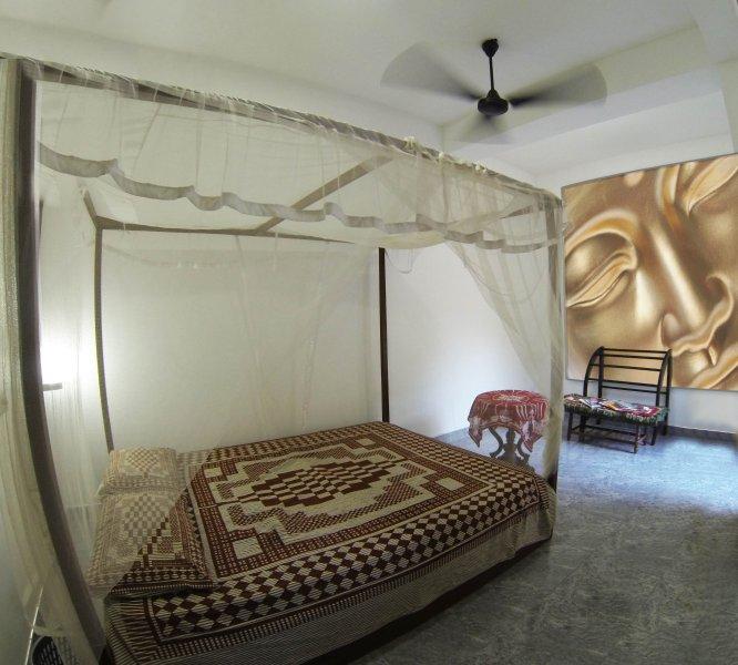 Confortevole / big del letto; bagno privato, ventilatore, zanzariera, di Windows.
