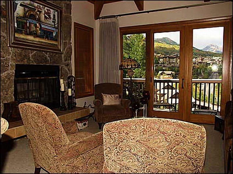 Sala de estar con chimenea de leña