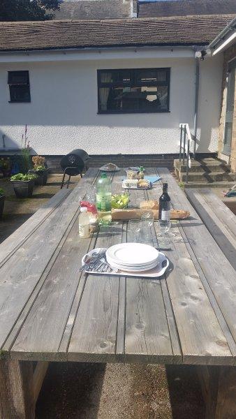 Dîner à l'extérieur de style français dans le piège à soleil à côté du barbecue