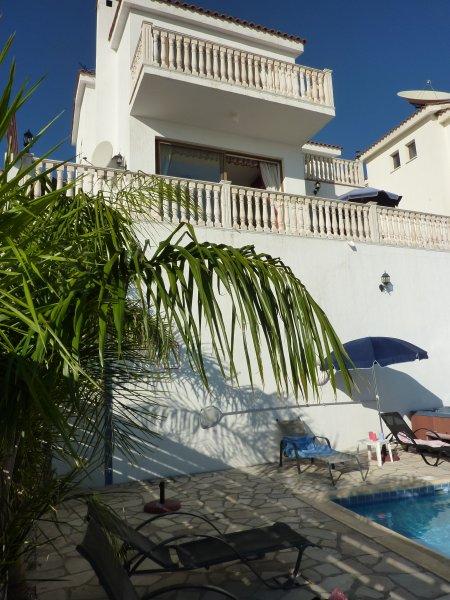 Vista della villa dalla piscina