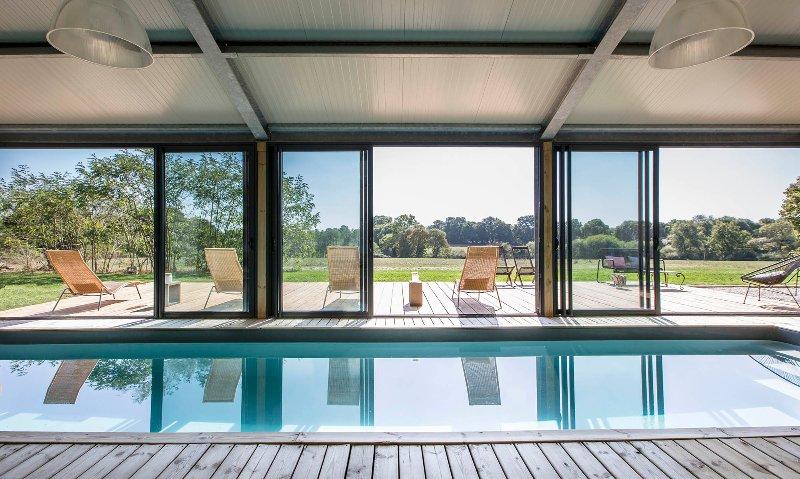 Vue exceptionnelle du salon de piscine du Chromatic gîte de Vendée.