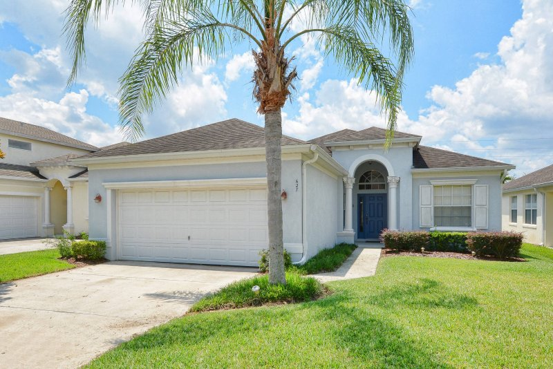 24hr Guarded & Gated Lakeside Community, vacation rental in Haines City
