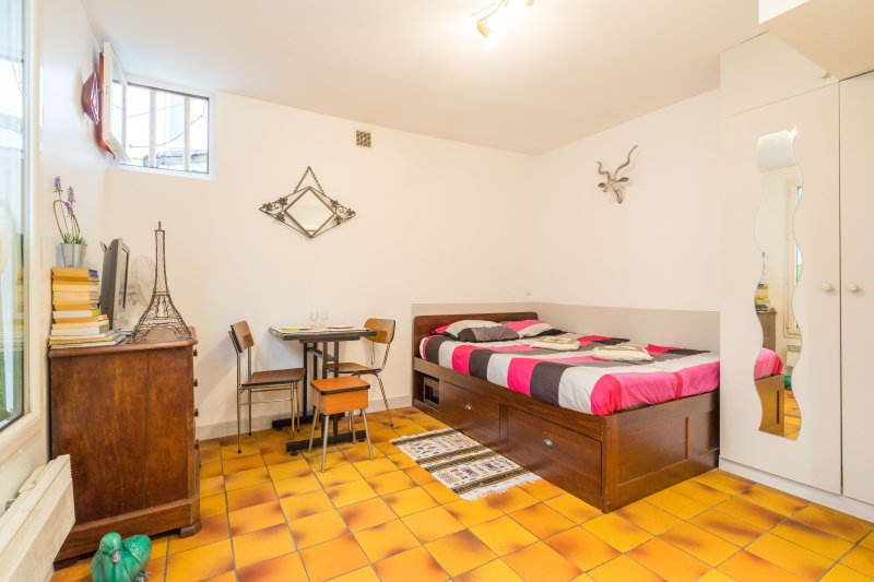 Canal St Martin Wifi Real Bed, Bathroom, wc, holiday rental in Paris