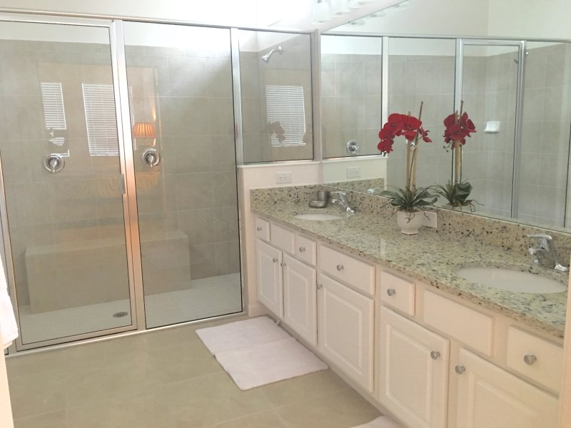 Ground Floor King Suite Bathroom