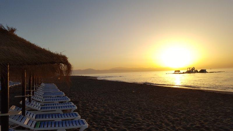LA CARIHUELA-REFORMADO CON VISTAS DIRECTAS AL MAR!, vacation rental in Torremolinos