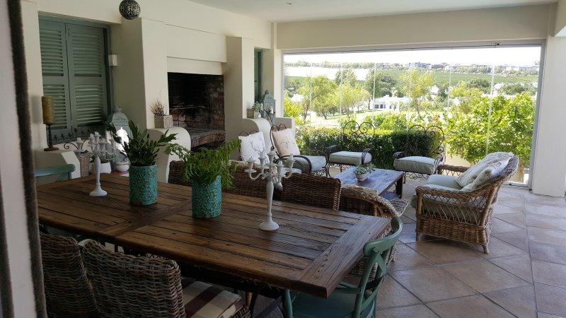 El patio es un espacio privado con una chimenea y una hermosa vista