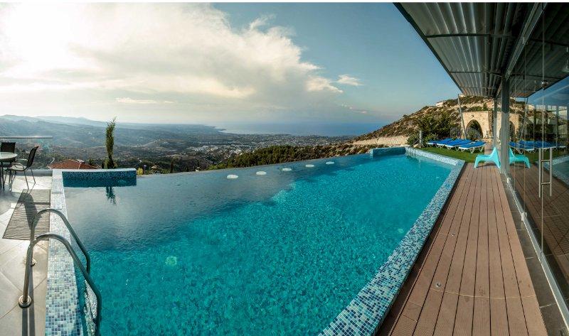 Infinity piscina con espectacular vista panorámica del mar.