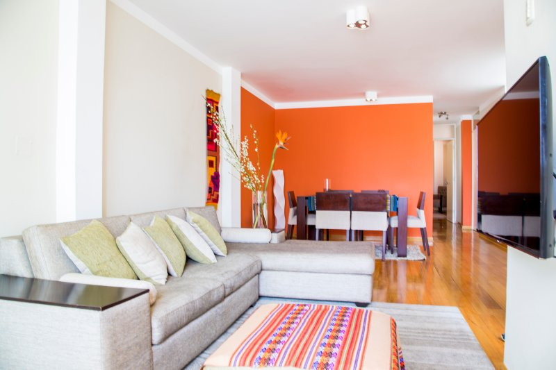 2-Bedroom Luxury Apartment Lima-Very fast WIFI !, aluguéis de temporada em Santiago de Surco
