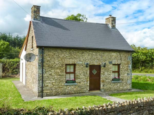 TOURARD COTTAGE, detached, pet-friendly, WiFi, gardens, nr Mallow, Ref 938712, holiday rental in Gorteen