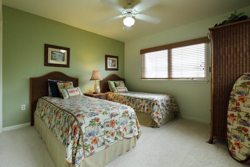 Drittes Obergeschoss Schlafzimmer mit zwei Einzelbetten, Entertainment-Center mit Kabel-TV und zusätzlichen Stauraum.