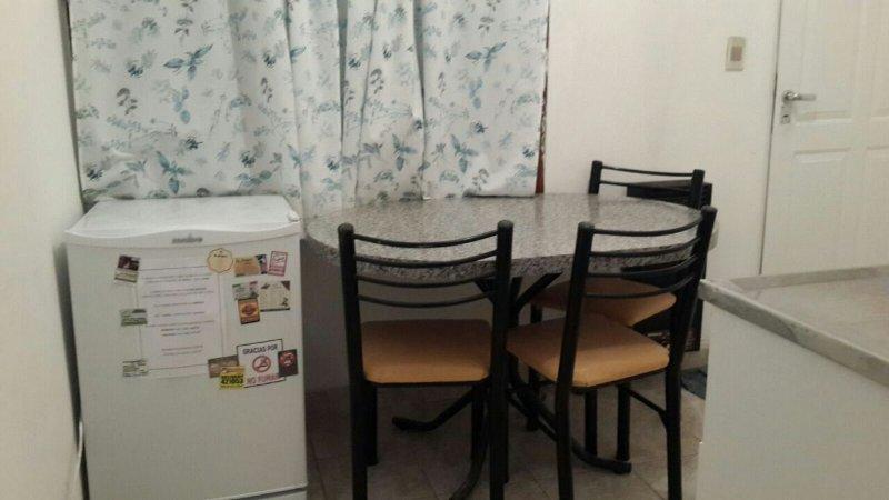 Cocina: cuenta con una mesa y 4 sillas, un frigobar, una mesada con utensilios, y una cocina con hor