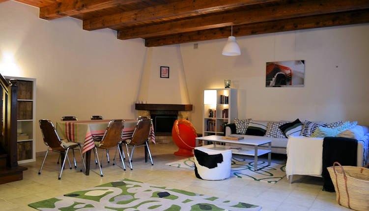 belas vigas expostas e grande plano aberto sala de estar