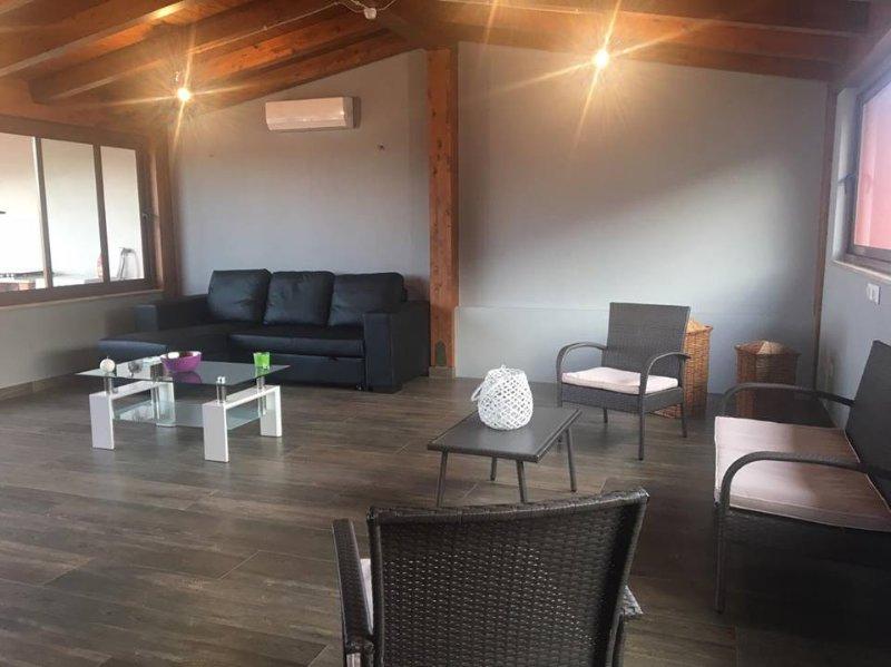 """""""La Casa di Rosa"""" Ampio e moderno appartamento di 150mq ad Oliveri (Marinello), vacation rental in Falcone"""