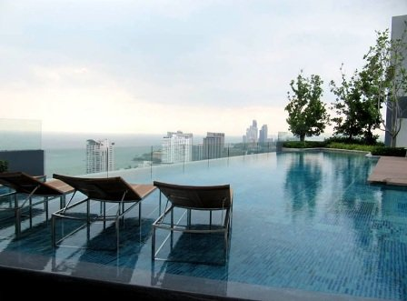 cielo de la piscina con vistas a la bahía de Pattaya