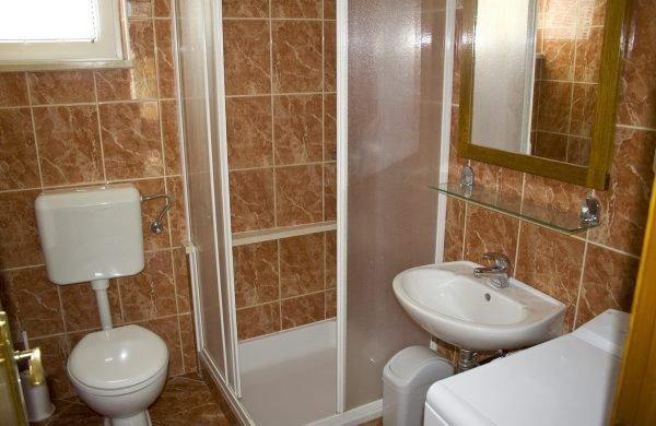 Narancasti(5): bathroom with toilet