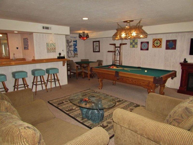 Game Room - Comfortable Seating and Bar Area