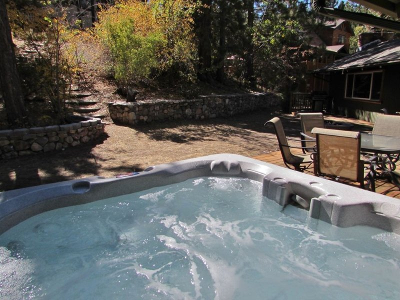 Private Outdoor Hot Tub and Beautiful Yard