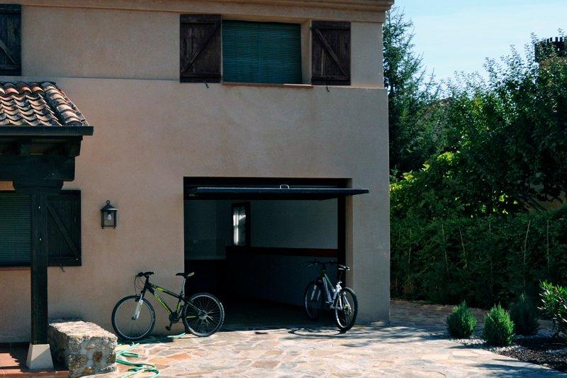 Garaje y parking exterior