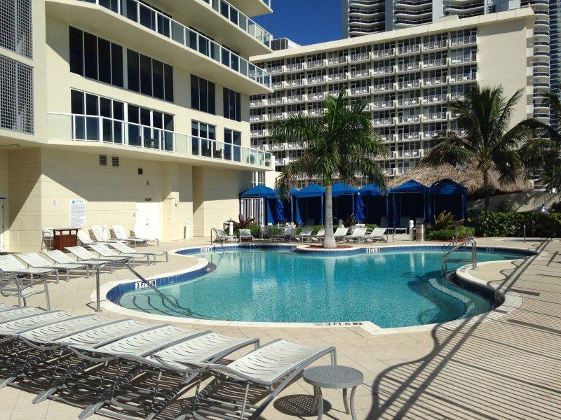 La Perla's prive, verwarmd zwembad. Het hotel ligt direct aan de oceaan.