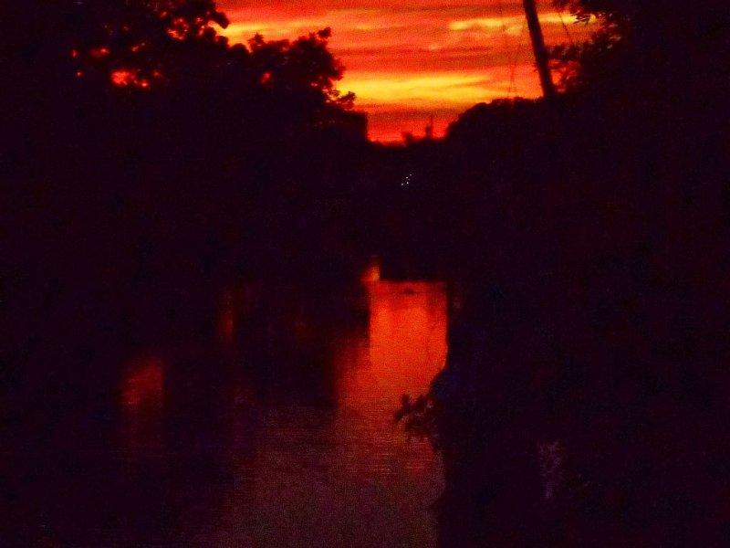 Canal inverno do sol. Em chamas com cor