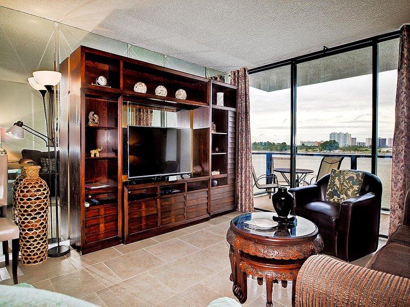 La sala de estar tiene acceso al balcón y al Golfo de México.