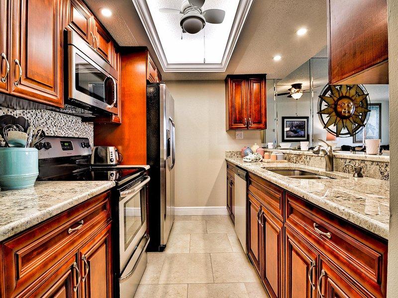 Recientemente renovado cocina con encimera de granito y gabinetes de bellas
