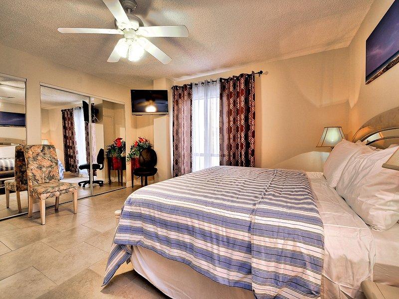 cama tamaño king en el dormitorio principal