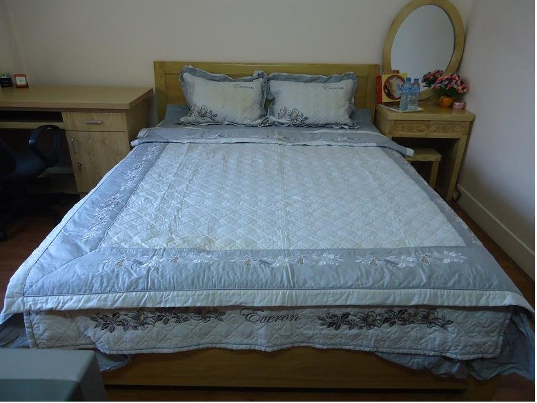 (Room 1)The bed with matris springs, beautiful new blanket sheets and pillows