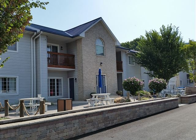 Updated 2 BR Pool View Condo Located 3 minutes From Downtown Put-in-Bay Ohio, vacation rental in Put in Bay