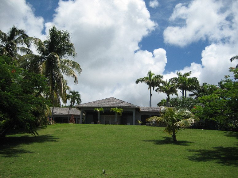 Les jardins spacieux et luxuriants de l'Alta Loma offrent une brise fraîche et une vue imprenable sur la mer des Caraïbes.