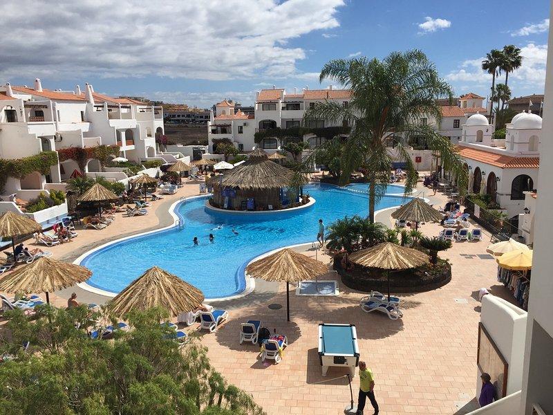 3 bed-3 bath apartment next to pool, South Facing, Ground Floor for 6/8 people, location de vacances à Golf del Sur