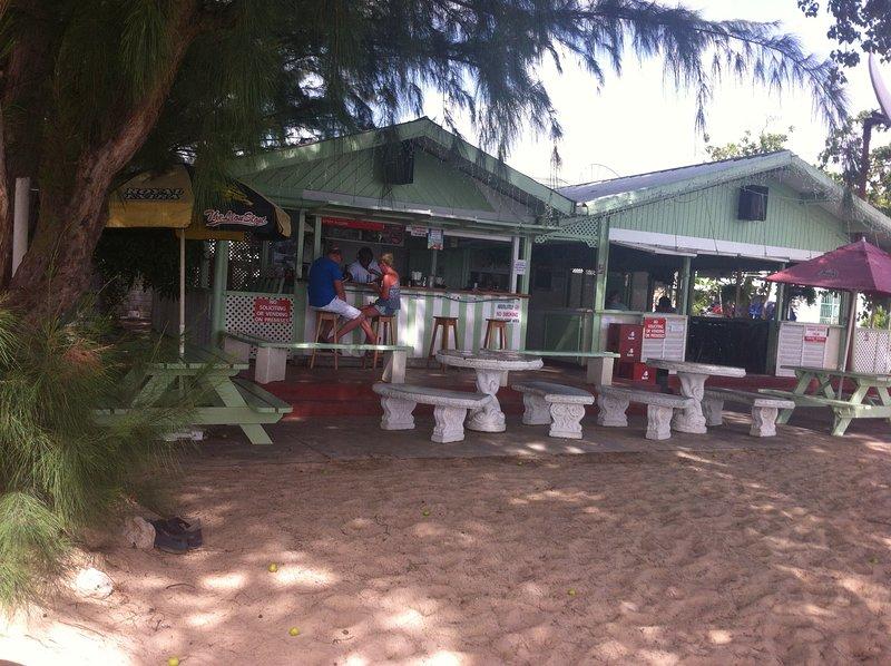Dar una vuelta a Holetown. visitar Surfside donde sirven bebidas locales y comida local - delicioso