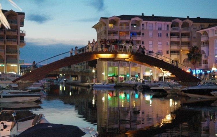 El sofisticado Port Fréjus con su puente peatonal y sus yachtes y barcos más pequeños.